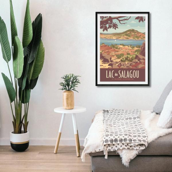 Décor avec l'affiche encadrée du Lac du Salagou